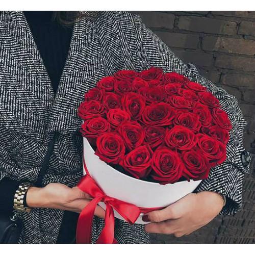 Коробка с красными розами MIDDLE