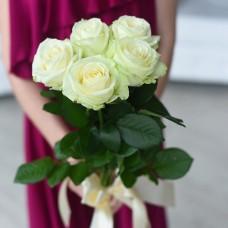 5 белых роз