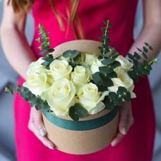 Розы в коробке с эвкалиптом